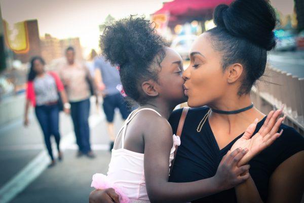 Donne e madri, l'identikit di chi sta pagando di più la crisi pandemica