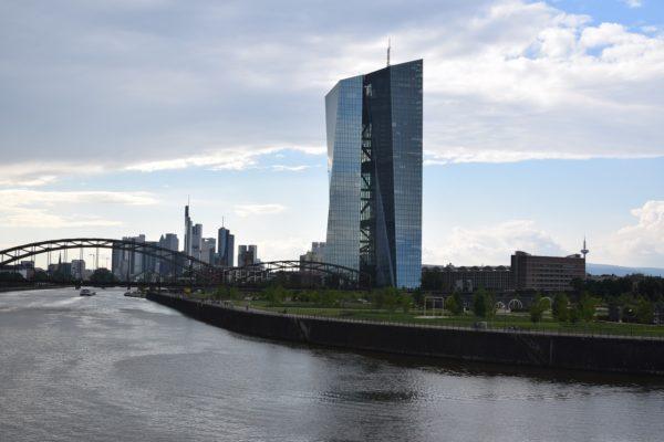 BCE rivede target inflazione. USA, richieste sussidi stabili