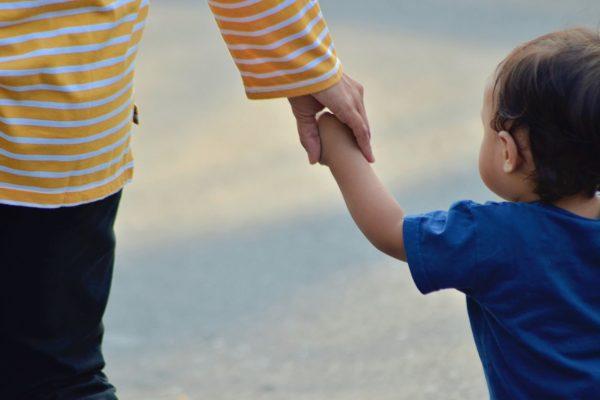 Cura dei figli e pandemia, madri tre volte più impegnate dei padri