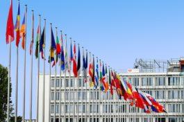 Eurozona, fiducia consumatori migliora. USA, mercato immobiliare sempre più caldo